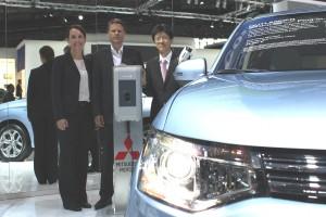 Programm Manager Franziska Schuth (Vattenfall), Projektleiter E-Mobility Ulf Schulte (Vattenfall) und Mitsubishi Motors Geschäftsführer Takuro Miki bei der Bekanntgabe der Kooperation der beiden Unternehmen auf der IAA in Frankfurt (v. li. n. re.)