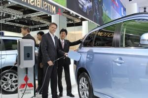 Projektleiter E-Mobility Ulf Schulte (Vattenfall) und Mitsubishi Motors Geschäftsführer Takuro Miki bei der Bekanntgabe der Kooperation der beiden Unternehmen auf der IAA in Frankfurt (v. li. n. re.)